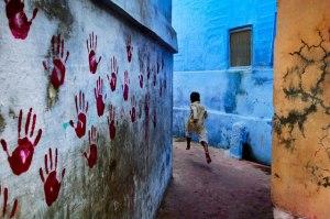 Steve-McCurry_Falak-között