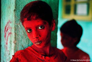 Steve-McCurry_Red-Boy_India-1996
