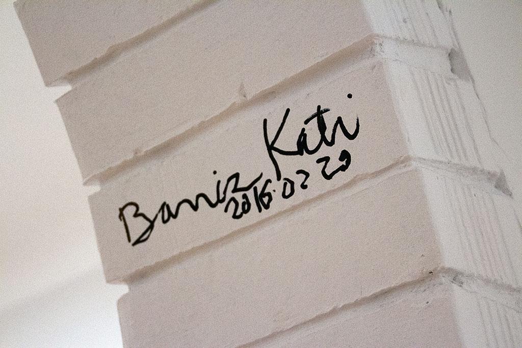 2016.02.29.-Artphoto-Galéria-Baricz-Kati-aláírása-a-falon