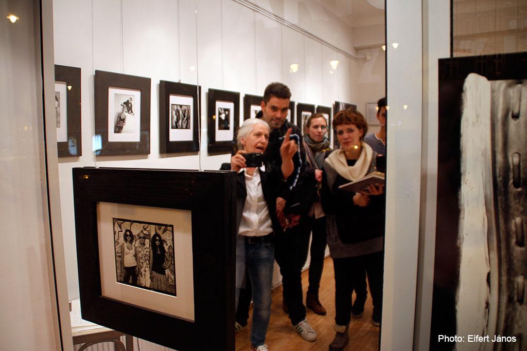 2016.02.29.-Baricz-Kati-tanítványaival-az-Artphoto-Galériában