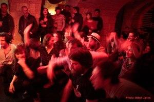 2016.04.30.-Auróra11-Táncoló-közönség
