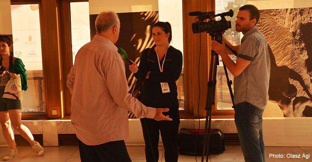 2016.06.20.-Győri-kiállításán-Eifert-TV-interjút-ad_PhotoOlaszÁgi
