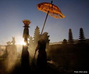 2016.07.06.-Bali-Szertartás-a-Tamblingan-Tó-partján-01
