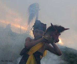 2016.07.07.-Balinéz-hindu-szertartás-a-Kinta-Mani-hegyen-01