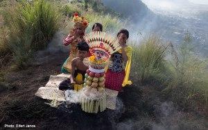 2016.07.07.-Balinéz-hindu-szertartás-a-Kinta-Mani-hegyen-02