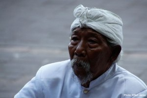 2016.07.07.-IBali-Goa-Lawah-Imádkozó-férfi