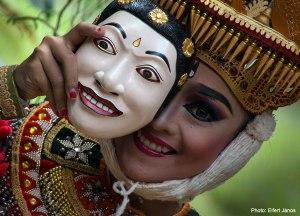 2016.07.08.-Bali-Ubud-Blanco-Museum_Balinéz-táncosnő-maszkkal