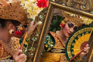 2016.07.08.-Bali-Ubud-Blanco-Museum_Táncosnő-tükör-előtt