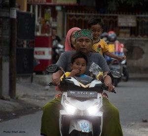 2016.07.15.-Bali-Denpasar-Család-a-motoron