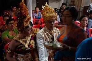 2016.07.15.-Balinéz-esküvő-A-pár-várakozik-a-vendékek-között