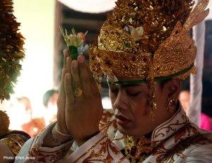 2016.07.15.-Balinéz-esküvő-a-vőlegény-imádkozik