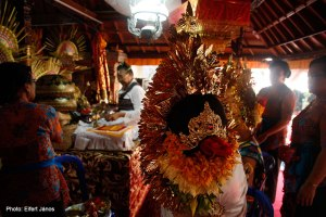 2016.07.15.-Balinéz-esküvő-folyik-a-szertartás