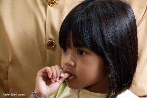2016.07.15.-Balinéz-esküvő-Kislány-nagyapja-védettségében