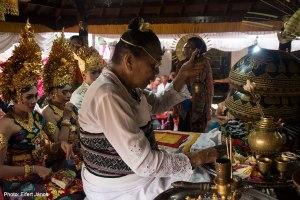 2016.07.15.-Balinéz-esküvő-Szertartást-vezető-énekel