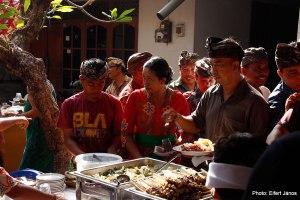 2016.07.15.-Balinéz-esküvő-Vendégek-önkiszolgálnak
