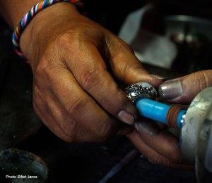 2016.07.11.-Bali-Batubulan-ékszerész-gyűrűt-csiszol