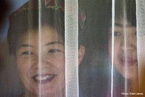 2006-10-20-asszonyok-fuggony-mogott_mukan-xinjiang-kina